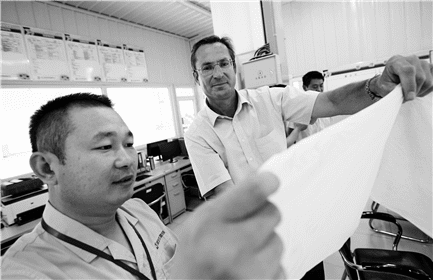 Yuwei (left) with Günter Offenbacher (Andritz director of sales for tissue and drying)