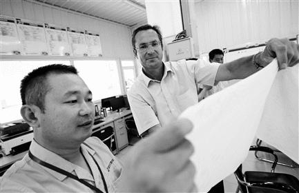 田玉伟先生(左)和安德里兹卫生纸和干燥技术销售总监Günter Offenbacher
